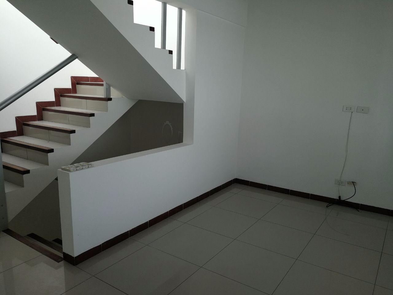 Casa en Alquiler Zona norte; 4to anillo entre av banzer y av. Beni Foto 3