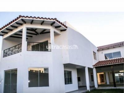 Casa en Venta Av. Banzer km 9 sobre av. condominio Barcelo seguridad 24 horas, club house, piscinas, churrasqueras, parques infantiles y canchas deportivas. Foto 4