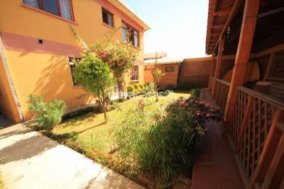 Casa en Venta en Cochabamba Mayorazgo TERRENO:  -Superficie: 338 m2 (15 m lineales delanteros). Es importante mencionar que el precio total esta ofertado como terreno, la casa en si, es un PLUS que viene con el terreno.