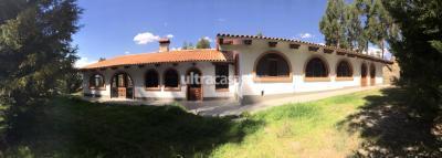 Casa en Venta en La Paz Achocalla La casa está ubicada dentro de la urbanización ecológica Lomas del sol que se en cuenta a 1 minuto de la UPB. La entrada de la urbanización tiene seguridad las 24h y se encuentra a 300m de la entrada de la urb. Kañuma resort.