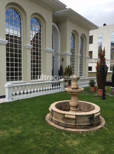 Casa en Venta en La Paz Achumani Achumani calle 36-B #9 a media cuadra detrás del complejo the strongest.